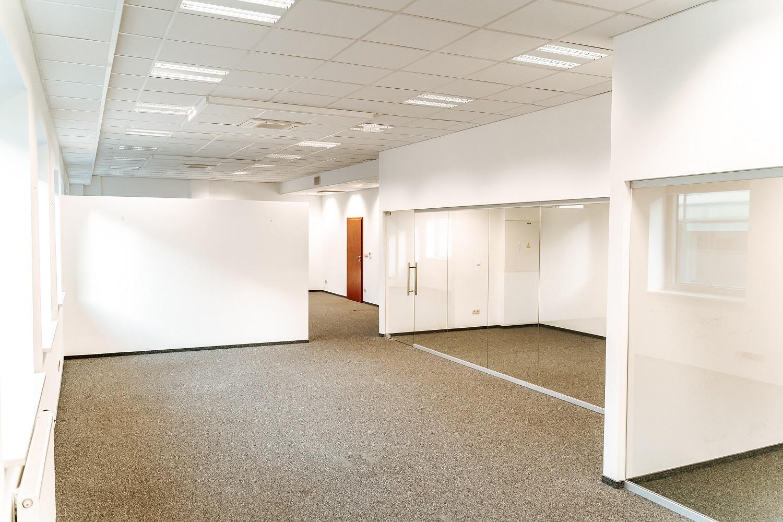 Wolne biura na 4 piętrze: 75,83 m2 oraz 130,86 m2.